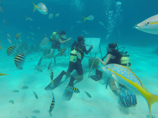 غواصون يتابعون رسومات الفنان الكوبى فى أعماق البحر