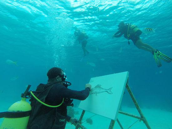 فنان كوبى يرسم تحت سطح البحر