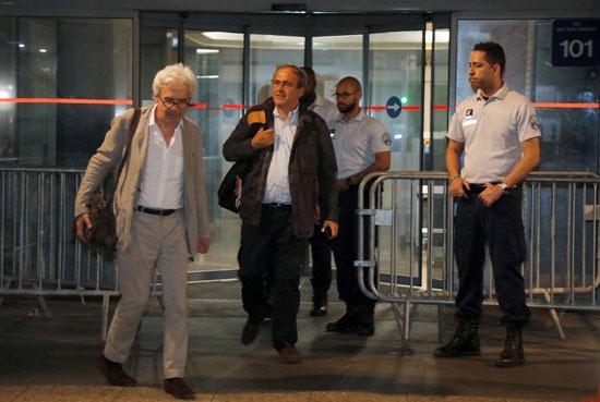 بلاتينى والمحامى الخاص به يخرجان من مركز الشرطة