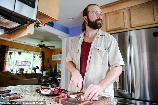 أمريكى يأكل اللحوم نيئة  (2)