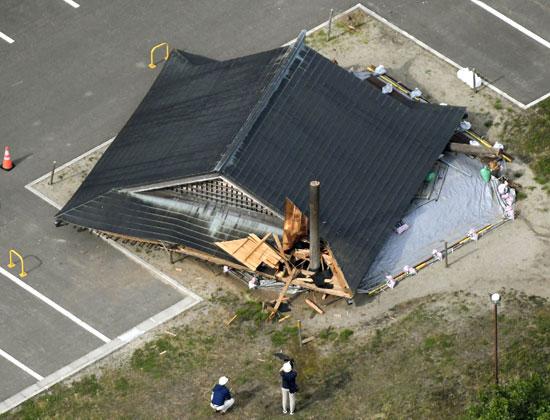 خسائر فى مبنى خشبى بسبب زلزال فى اليابان
