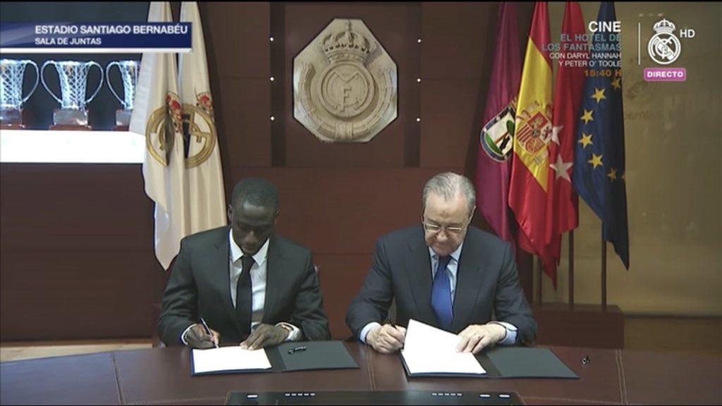 رئيس ريال مدريد وميندي خلال التوقيع على العقود