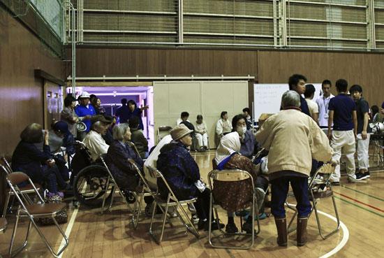 نقل مواطنين لمركز إيواء فى اليابان بسبب زلزال