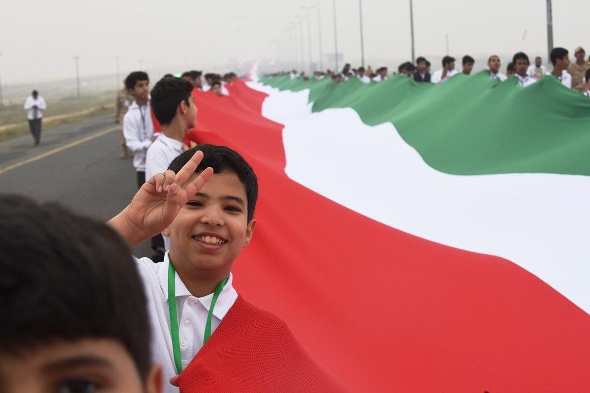 فرحة أطفال الكويت بأطول علم فى العالم