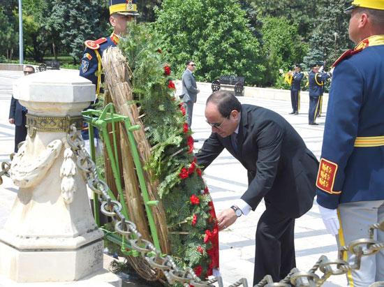 السيسى يضع إكليلا من الزهور  (2)