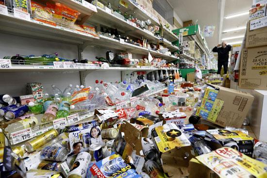 سقوط المنتجات على الأرفف بسبب زلزال فى اليابان