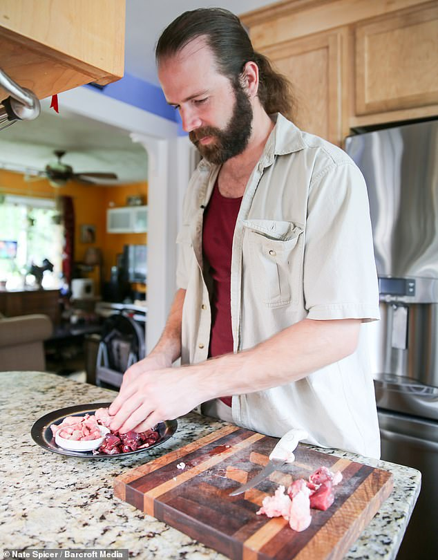 أمريكى يأكل اللحوم نيئة  (3)