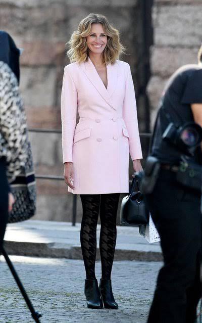 جوليا روبرتس ببذلة فستان باللون البينك