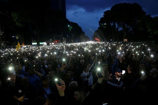 المتظاهرون يضيئون هواتفهم