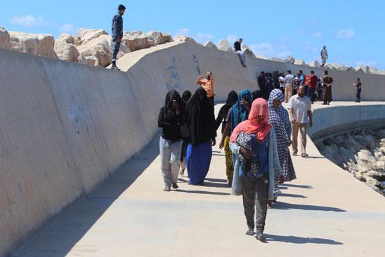 عدد من المهاجرين عقب انقاذهم