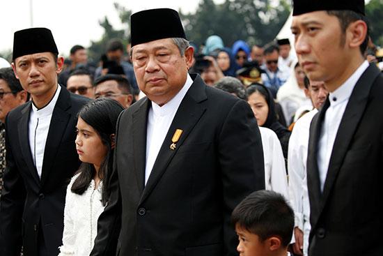 الرئيس الإندونيسى السابق سوسيلو بامبانج يودويونو يشيع زوجته إلى مثواها الأخير