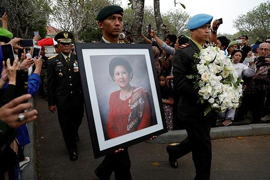 صورة السيدة الأولى الراحلة تتصدر الجنازة