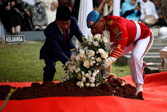 الرئيس الإندونيسى يضع الزهور على قبر الراحلة