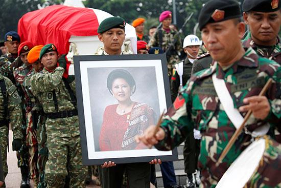 جنود يحملون صورة السيدة الأولى الراحلة