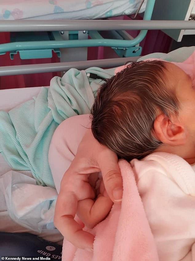 طفلة تولد بخصلات شعر شقراء والأم تشبهها بديفيد بيكهام  (3)