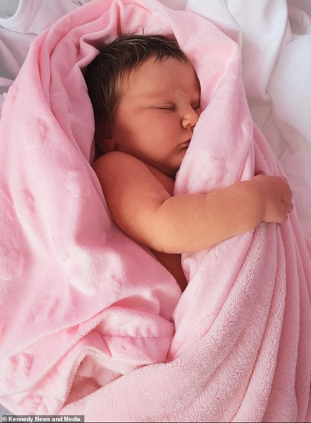 طفلة تولد بخصلات شعر شقراء والأم تشبهها بديفيد بيكهام  (4)