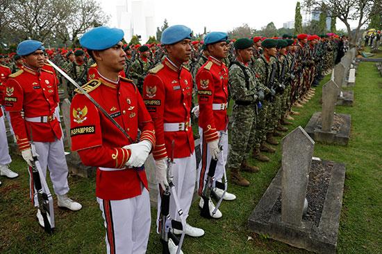 جنود إندونيسيين يشاركون بالجنازة