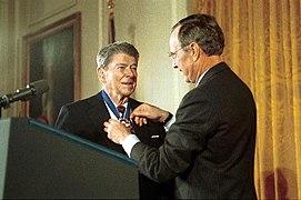 جورج بوش الاب يمنح رونالد ريجان