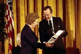 بوش الاب يمنح الوسام لمارجريت تاتشر