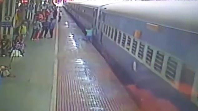 سقوط رجل أسفل القطار (2)