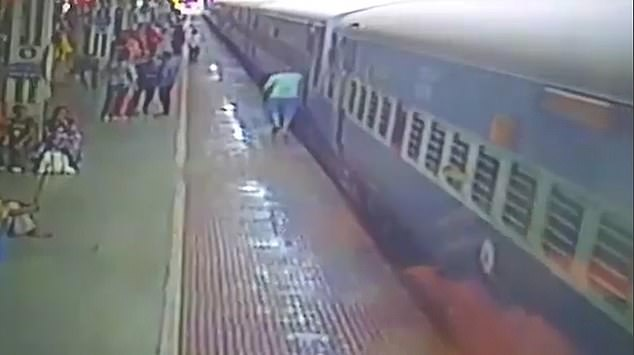 سقوط رجل أسفل القطار (1)