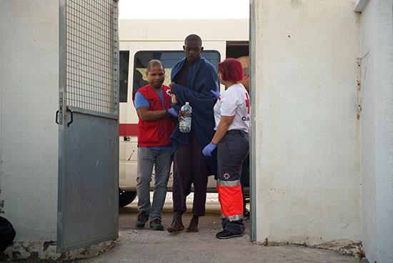 موظفو الصليب الأحمر يستقبلون أحد المصابين