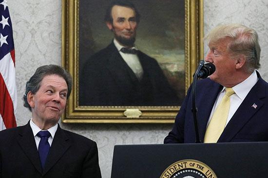 الرئيس ترامب يوجه حديثه لأرثر لافر