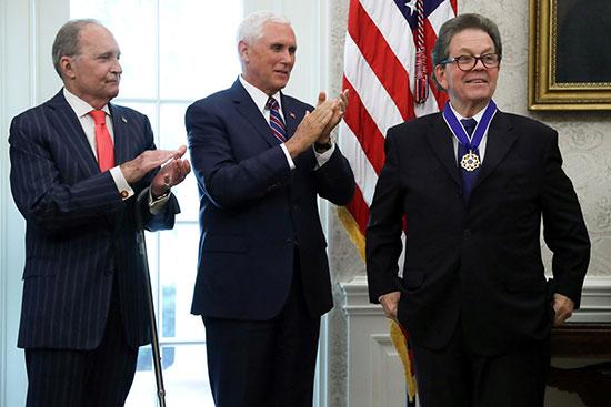 لافر بجوار نائب الرئيس الأمريكى مايك بنس