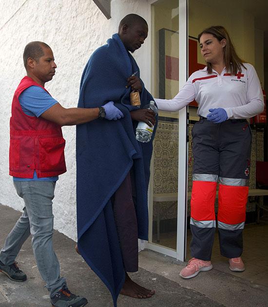 موظفة تقوم بمساعدة المهاجرين