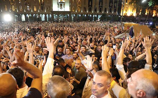 مئات المتظاهرين