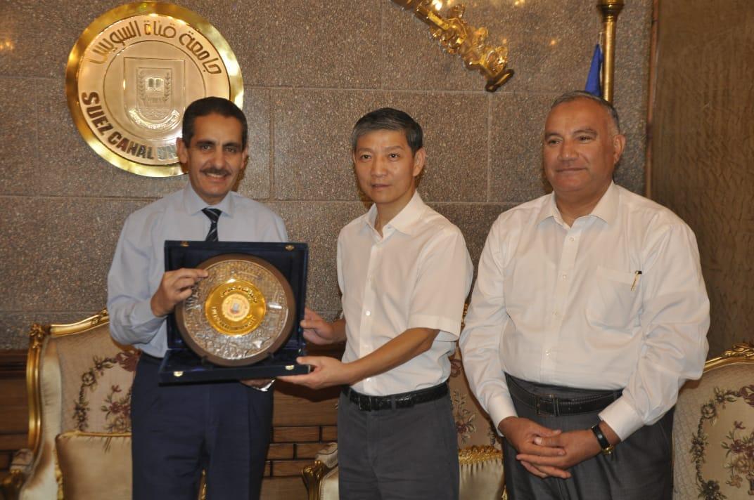 رئيس جامعة قناة السويس يستقبل السفير الصينى الجديد  (5)
