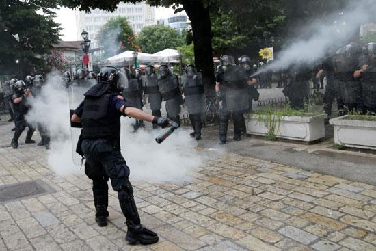 الغاز المسيل للدموع فى مظاهرات ألبانيا