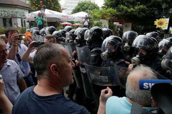 مواطنون ورجال الأمن خلال مظاهرات ألبانيا