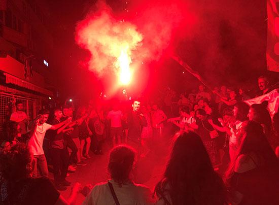 احتفالات المواطنين فى اسطنبول