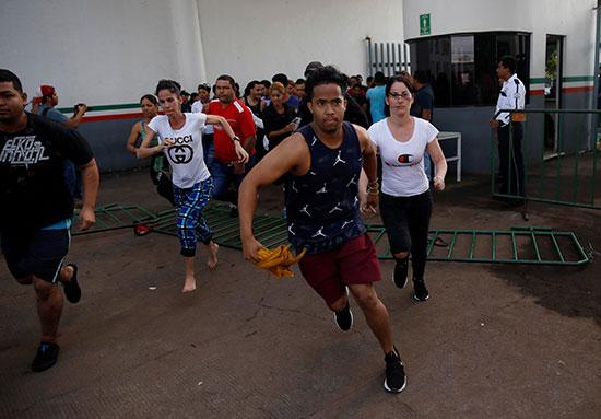 مهاجرون يحاولون اقتحام المركز