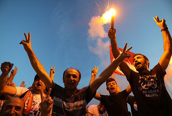 مواطنو اسطنبول يحتفلون بفوز مرشح المعارضة