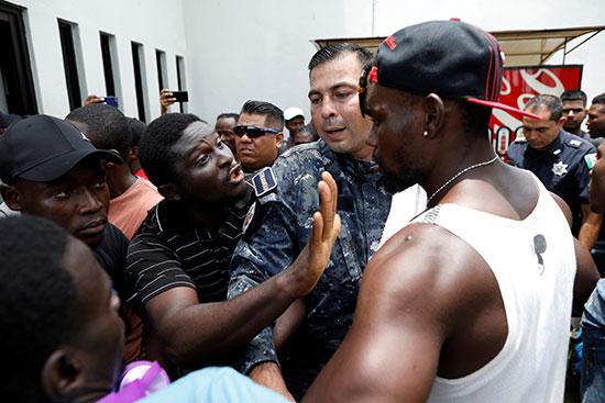 حوار بين مهاجرين ورجل أمن