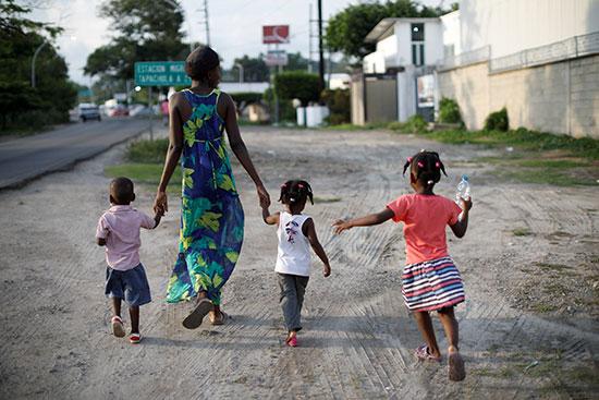 مهاجرة من هايتى مع أطفالها