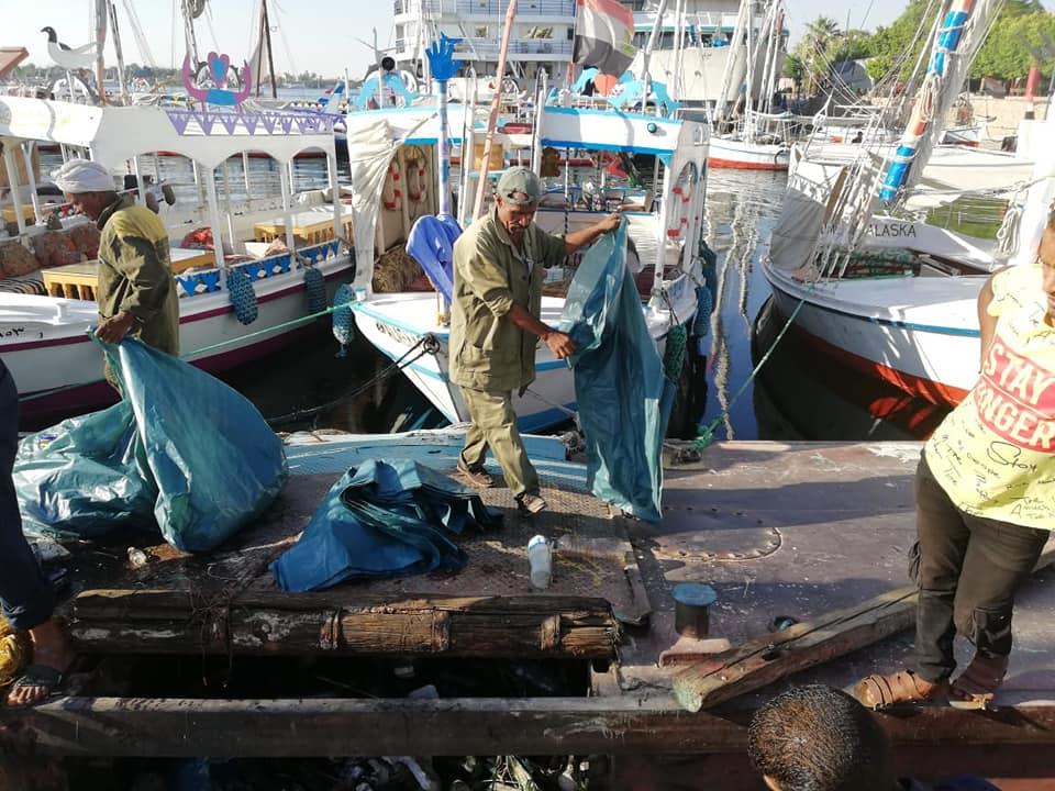 رجال مدينة الأقصر يقودون حملة لتنظيف نهر النيل من القمامة والمخلفات لخدمة السائحين (1)