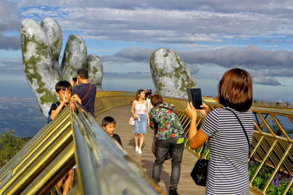 بين إيدين الجبل.. الجسر الذهبى فى فيتنام أجمل جسور العالم 131649-1034278543
