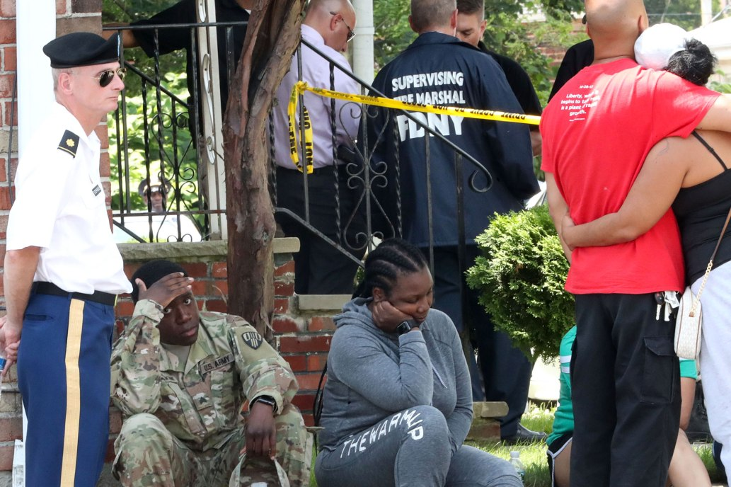 الأهالى والشرطة حول منزل السيدة الروسية فى نيويورك