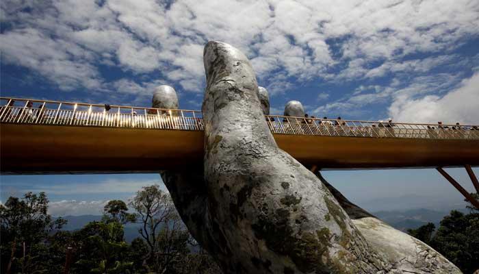 بين إيدين الجبل.. الجسر الذهبى فى فيتنام أجمل جسور العالم 47094-127-173318-selfie-golden-bridge-trend-vietnam_700x400
