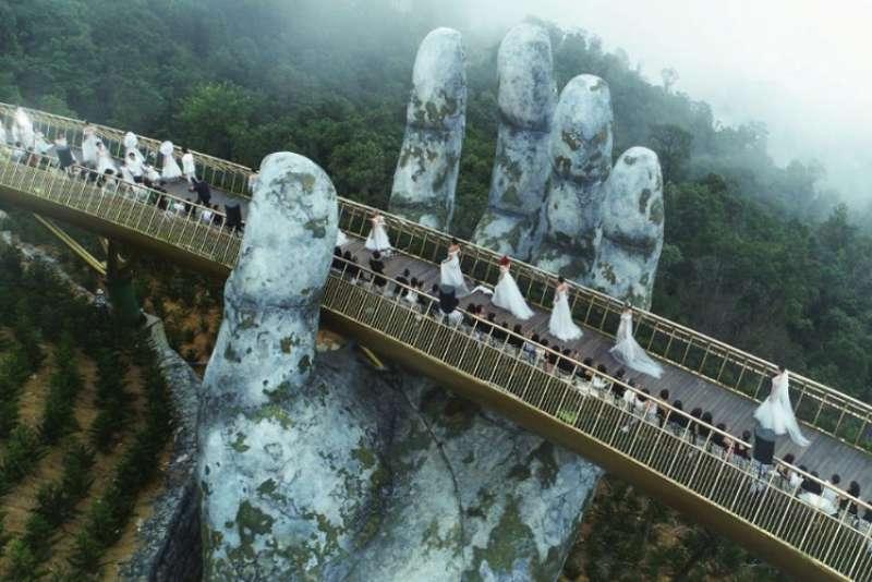 بين إيدين الجبل.. الجسر الذهبى فى فيتنام أجمل جسور العالم 58441-elissarnews.org-Golden-Bridge-4