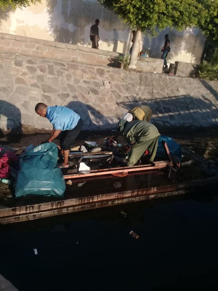 رجال مدينة الأقصر يقودون حملة لتنظيف نهر النيل من القمامة والمخلفات لخدمة السائحين (4)