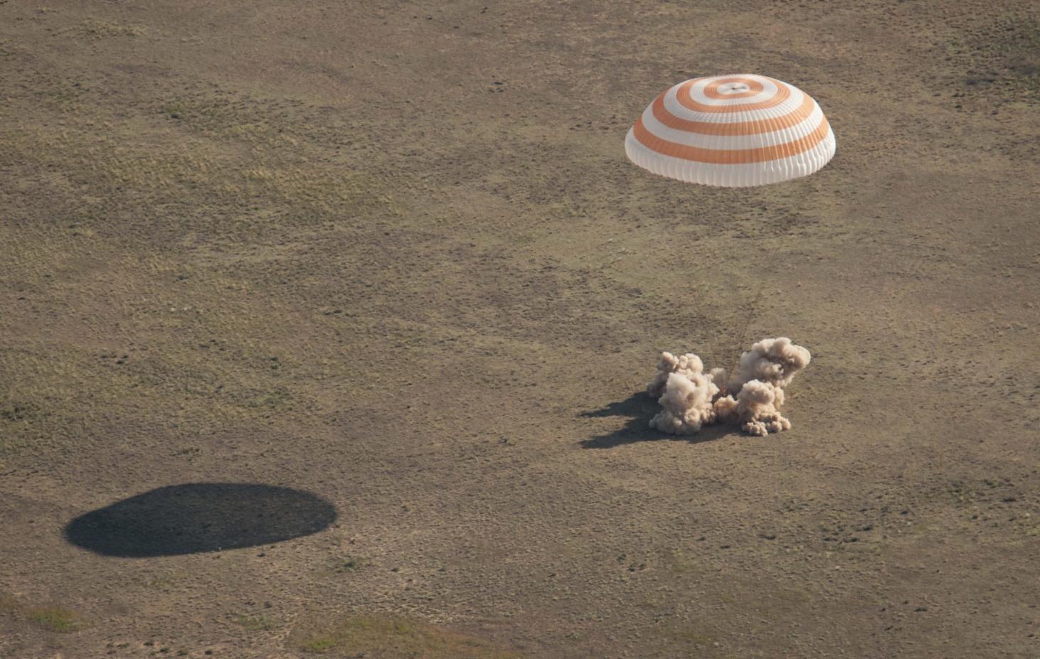 لحظة وصول رواد الفضاء إلى الأرض