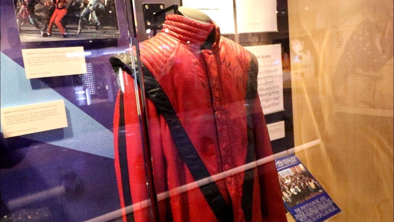 بدلة حمراء لمايكل جاكسون