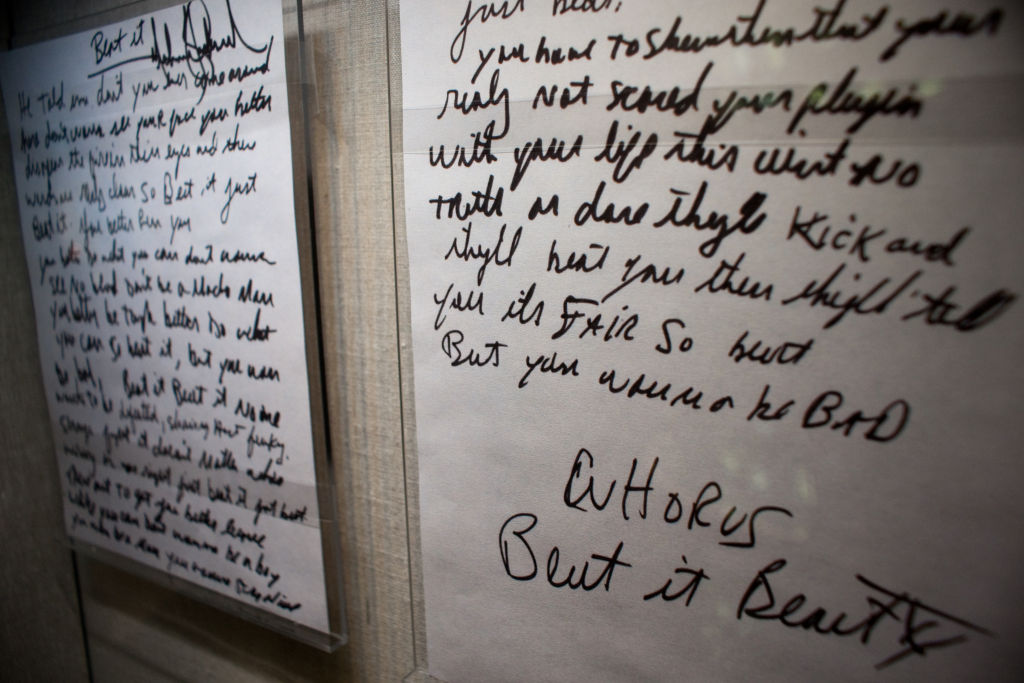 كلمات أغانى مايكل جاكسون فى العرض التذكارى