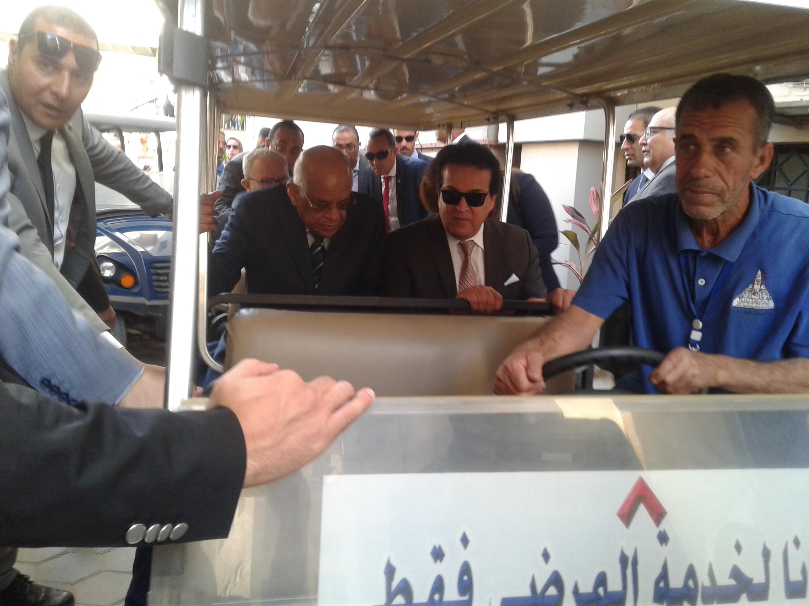 رئيس مجلس النواب يستخدم الطفطف فى التنقل خلال جولته بالمستشفى