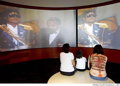 الأطفال يشاهدون فيلما وثائقيا عن مايكل جاكسون