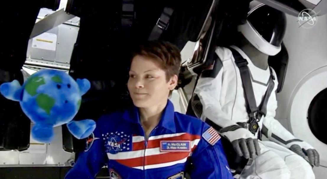 Anne McClain داخل المركبة الفضائية